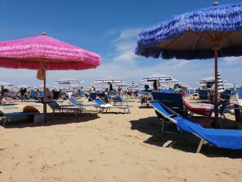 La vera estate è cominciata. Spiagge piene e traffico da bollino rosso